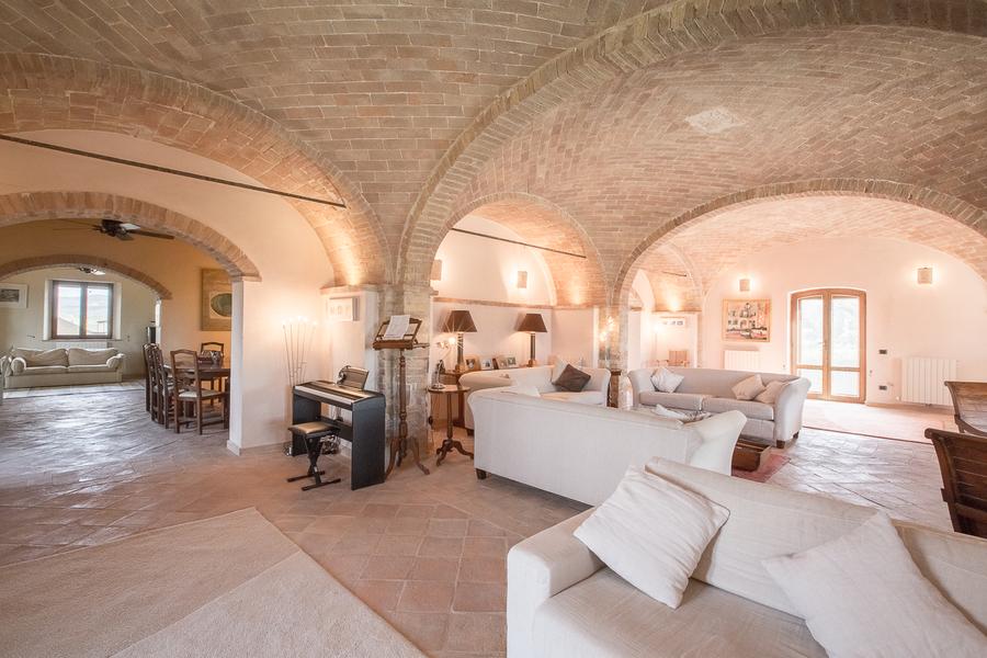 19 - Villas and castles CASTEL DEL PIANO (GR)